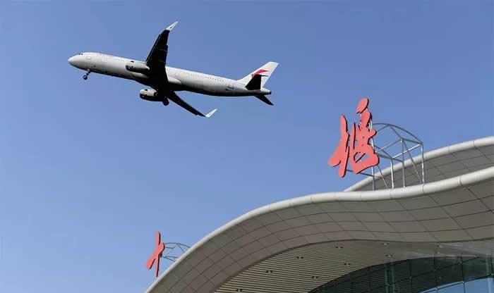 记者从武当山机场获悉,10月30日—11月30日,武当山机场航班运行时刻将有所变化,部分航线调整。   据介绍,10月30日开始,取消天津航空执飞的天津—十堰—武汉航班,开通由中国国际航空执飞的天津—十堰往返航班。该航班为每周一、二、四、六,由波音738飞机执行,其中一、二、六从天津起飞时刻为9:15,到达十堰时间11:15,周四天津起飞时间8:55,10:55降落十堰武当山机场;返程时间均为12:00从十堰武当山机场起飞,13:50降落天津机场。此航
